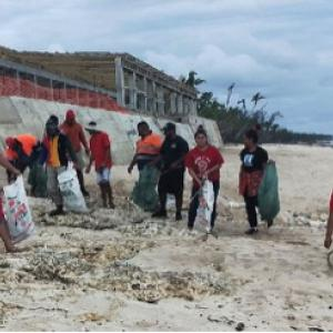 Hihifo Youth Council picking up rubbish on the Kanokupolu Beach in front of Vakaloa Resort 23 September 2020